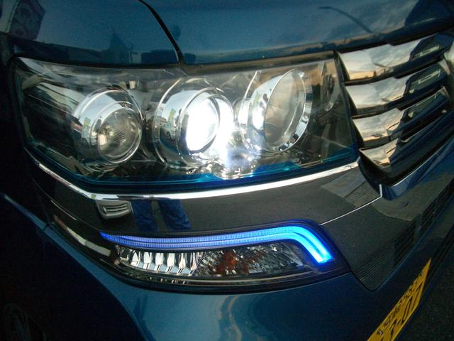 HIDヘッドライト。ヘッドライト下にクリアブルーのシールが貼られています