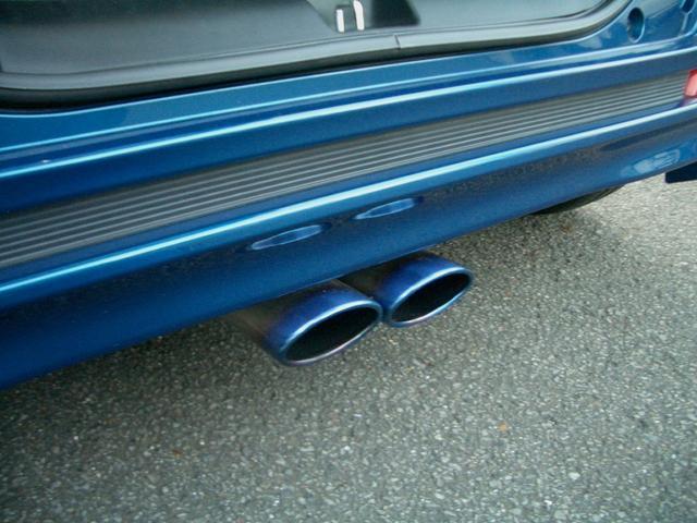 ブリッツ製センター出しマフラー。出口の焼け色がブルーのボディにマッチしてます。音も低めの低音。車検対応。