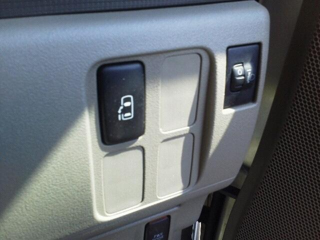 室内のボタンでもスライドドアの操作が可能です!