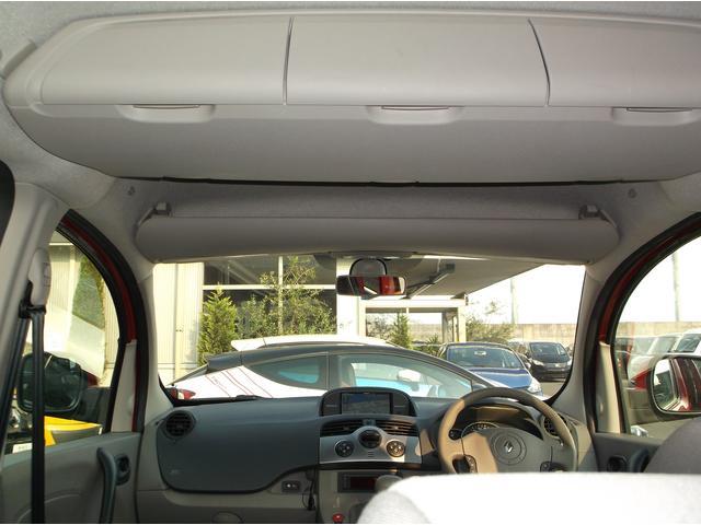 後席の上にも運転席も上にも収納があります。