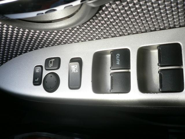 電動格納ミラーです!ボタンひとつでミラーを折りたためますので、狭い駐車場などで便利です!