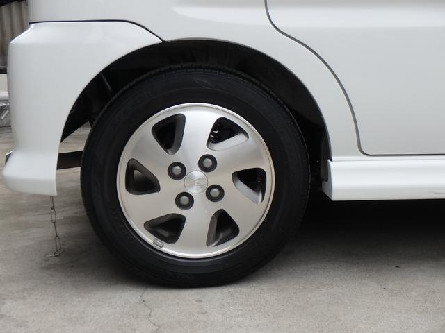 当店で販売しているお車は相場より少し高いです。お客様の安全・安心を考え、エンジン・ラジエタ・足廻り・各部消耗品など細部まで整備している事と、車内もバラバラにしてクリーニングをしていることが理由です。