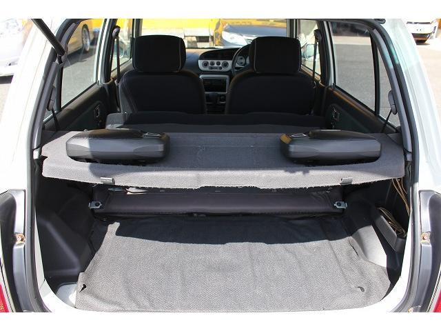 後部座席を倒すとこんなに広く使えますよ。これだけ広いと色々荷物も入りますね。