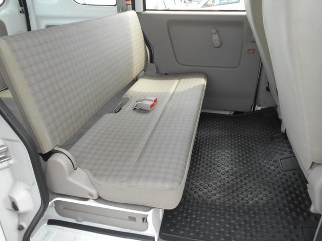 後部座席のスペースもゆったりと座れて長距離ドライブも楽しく出来ますよ!くつろぎに満ちた空間ですね☆