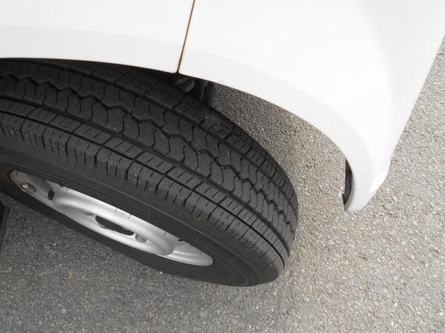 タイヤの溝もまだまだあるので交換の必要ないですよ!!社外アルミへのカスタムも可能です!!