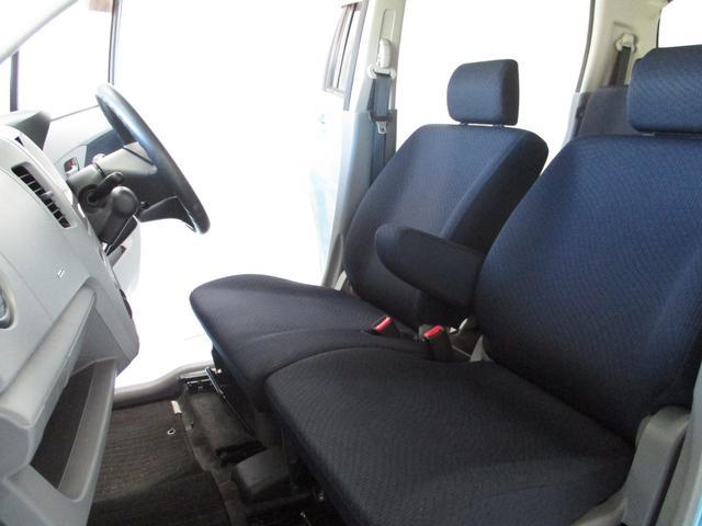 シミや汚れの目立ちにくい、ブラック系のシートカラーです。ゆったりくつろげる空間。長距離運転でも疲れませんよ!内外装美車!!来て、見て、座ってください!!