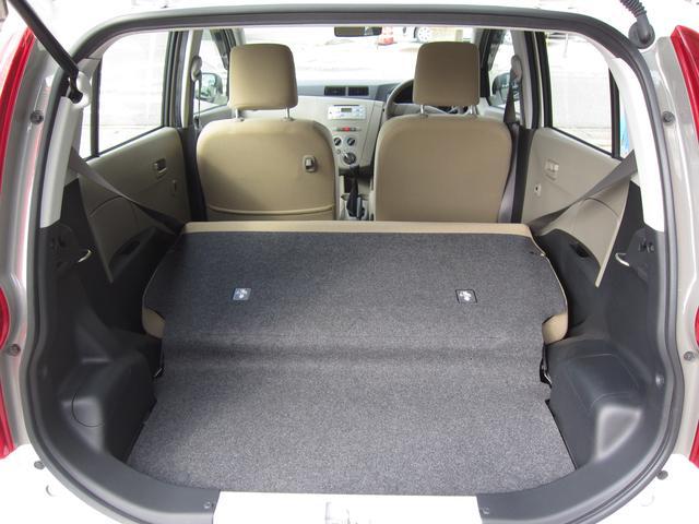 後部座席を倒すと広い荷室スペースができます♪