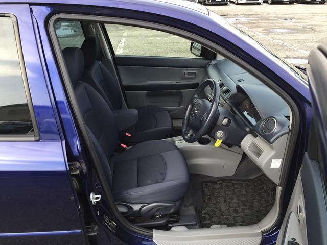 運転席です。座面の調節もできるシートリフターも装備されておりますよ◎