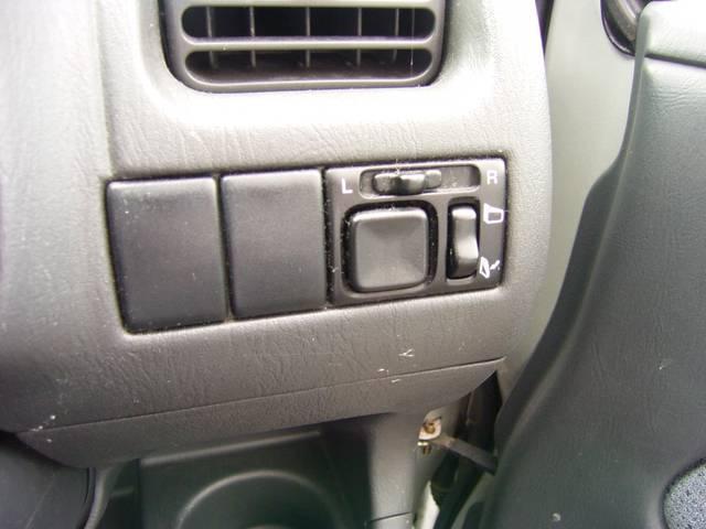 電動格納ミラーつきなので面倒なサイドミラーの調節開閉もここのボタンで楽々出すね♪