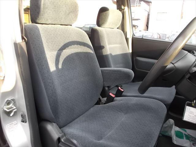 フロントシートはベンチシートになっていますのでゆったりと座ることができます♪