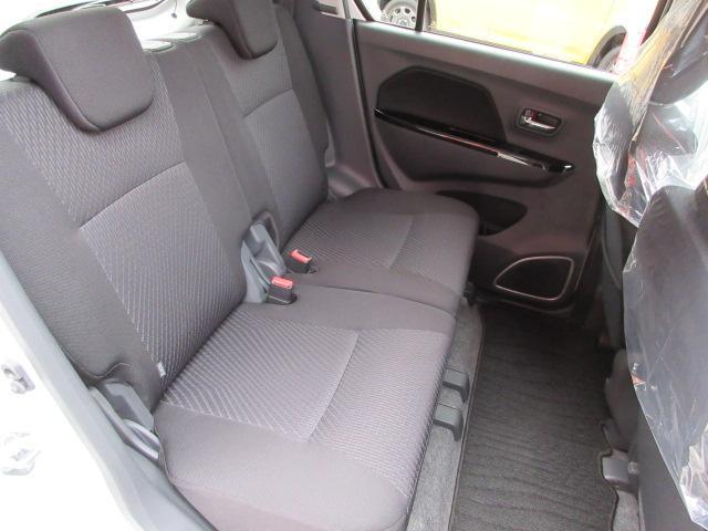後部座席は使用感なくキレイな状態です。もちろん隅から隅までスタッフによるクリーニング済みです。