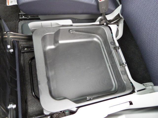 助手席シート下には小物入れがあります!これが意外に便利なんです♪