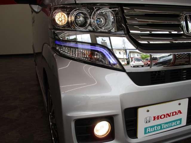 明るいディスチャージヘッドライトです。夜の運転が楽ですよ!!