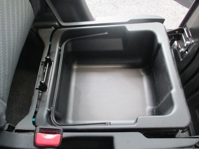 助手席の下の便利な収納スペース☆車内の整理整頓にも一役!