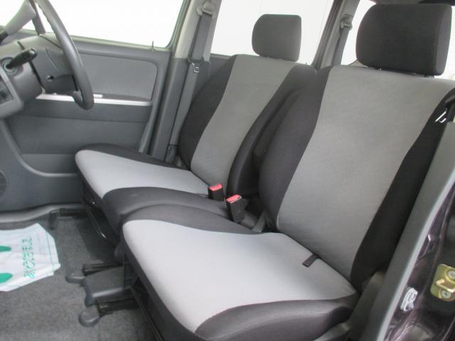 フロントシートの計上にベンチシートを採用!格納式アームレストも付いてゆったり広々の快適空間☆