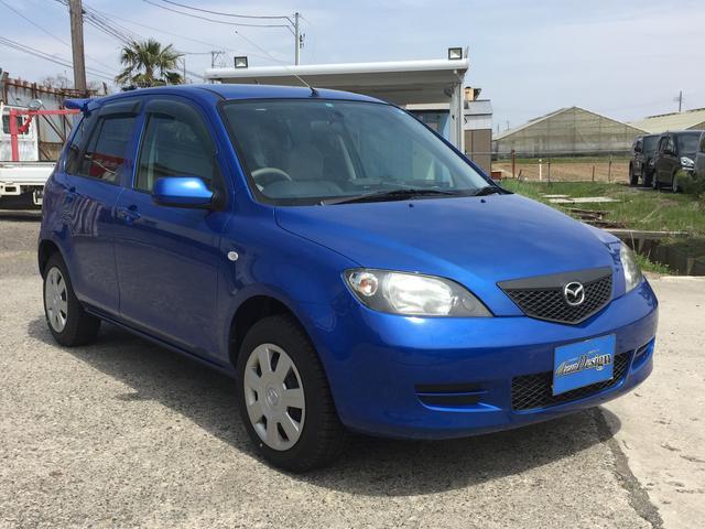 カラーはスポーティーなブルーカラー!トランクにはリアスポイラー付!外装は大きなへこみなどなくとてもきれいです!