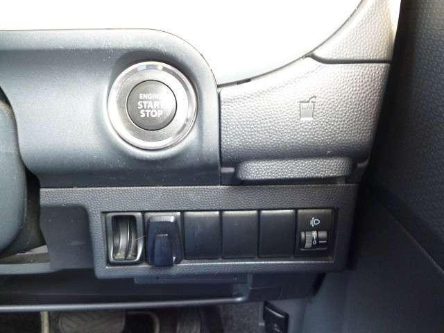 プッシュスタートエンジン♪ドアロックもエンジンも鍵を差し込まなくてもOKなので、バッグの中等に鍵が入ったままで大丈夫♪すごく便利でうれしい装備です♪