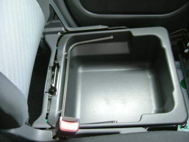 助手席シートの下には便利なポケットがあり、靴やカバンの収納などに便利です