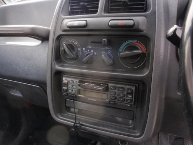 いまやレトロなカセットデッキ!!逆にこれがイイという御客様もいらっしゃいます、でも安心、カセットからイヤホンジャックに切替の物がついてますので、携帯などにつないでドライブを堪能してください