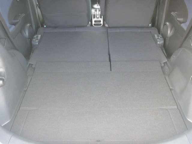 後部座席を倒せばフラットになり大きな荷物も積み込み可能になります!