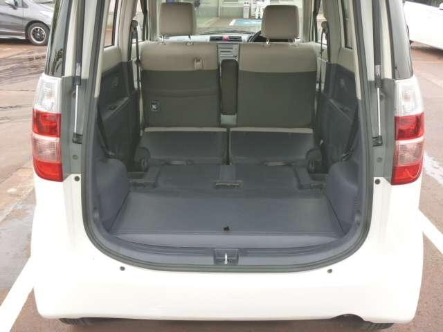 後部座席をたためば広く使えます。分割シートなので片方ずつたためます。