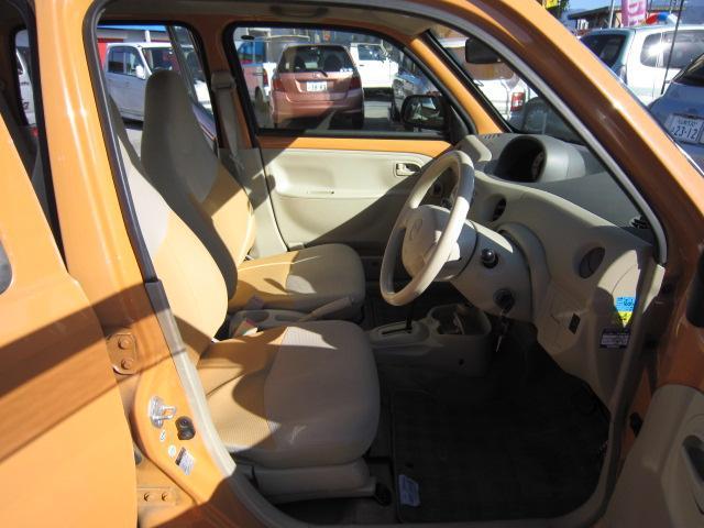 広々とした運転席!シートの焦げ穴・シミ・スレ等無くキレイな状態を保っております!