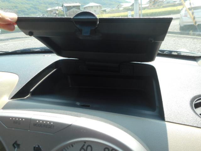 ドライバー席前には収納ボックスも完備☆