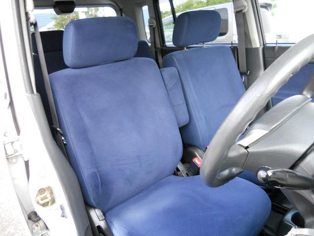 フロントシートは使い勝手の良いベンチシートタイプ、運転席には肘掛けも付いてます。