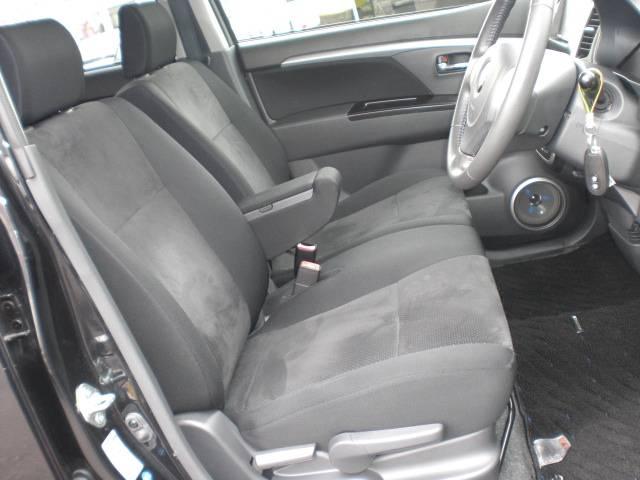 アームレスト付きフロントベンチシートです!運転席と助手席間がウォークスルー出来て便利です!