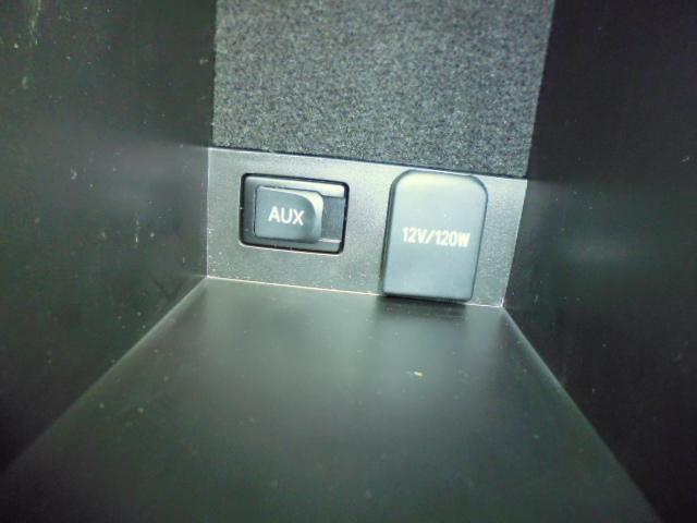 AUX接続端子はセンターコンソール内に装備されています。