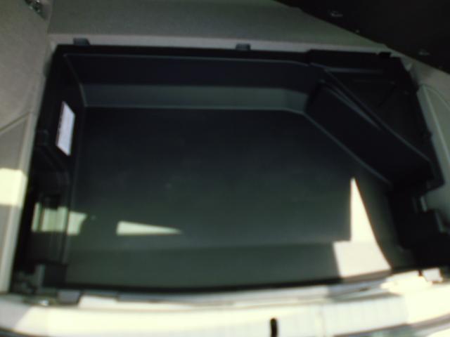 トランクデッキボード下部には、整理整頓にとっても便利な収納スペースがあります。
