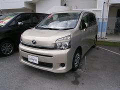 沖縄の中古車 トヨタ ヴォクシー 車両価格 108万円 リ済別 平成25年 7.0万K ベージュ