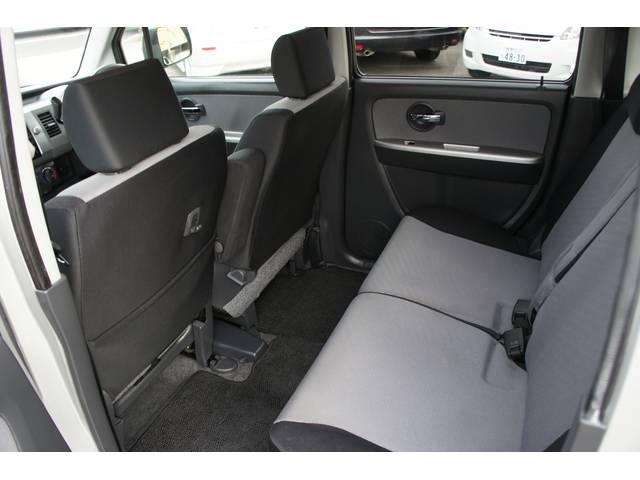ベンチシートなので、座面も足元も広々!快適なドライブをお楽しみ下さい!