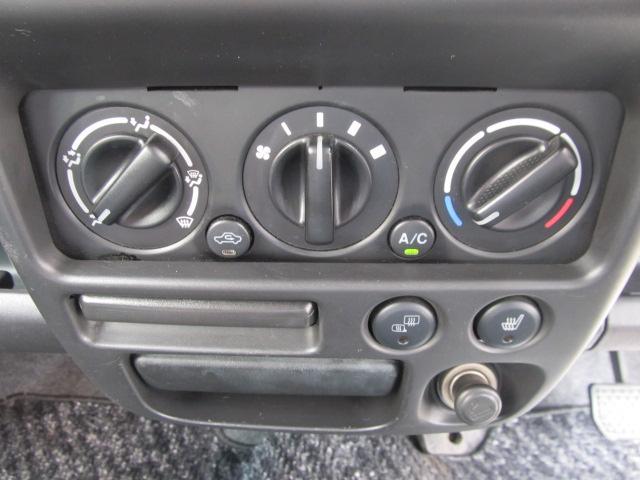 当店はJAAA日本自動車鑑定協会によるGoo鑑定を全台に実施しております。鑑定師が1台1台車両状態をチェックしています。