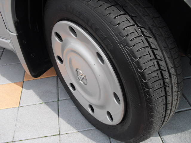 *純正ホイールキャップ付です。タイヤの残り溝もバッチリあります!!