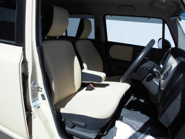タバコの焦げ跡も無く、綺麗なシート!運転席には、高さ調節可能なシートリフター付いてます!