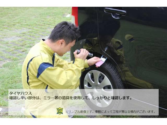 タイヤハウス確認し辛い部分は、ミラー等の道具を使用して、しっかりと確認します。