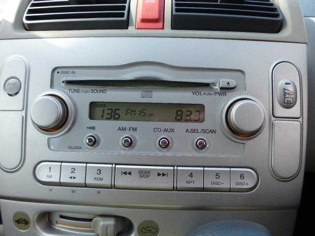 純正CDデッキです!AUX端子も装備しておりますので、ミュージックプレイヤーを接続して車で再生もできます!