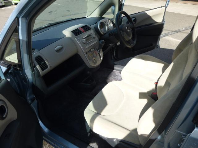 人気のベンチシートです!運転席と助手席の間に隙間がない分、お荷物が置きやすいですね。
