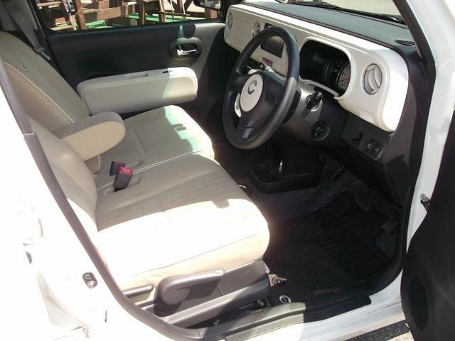 フロントシート中央にはアームレストが装着されています。