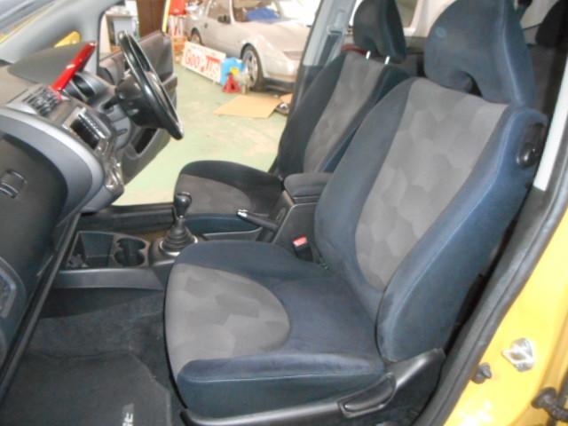 助手席シートも綺麗な状態です。センターアームレストも付いています