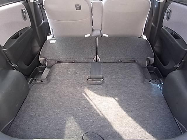 後部座席を倒すと更に広く荷室を使うことが出来ます。