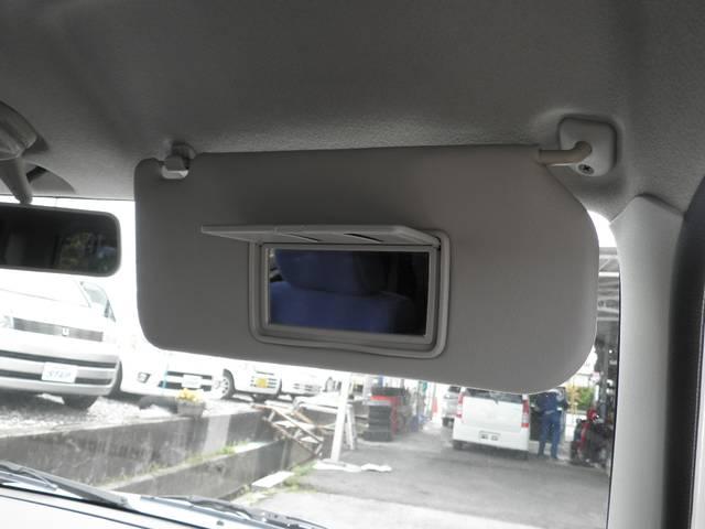運転席には小さな鏡付きヾ(@^▽^@)ノ 女の子には嬉しいですよね・*:.。.☆Happy♪ヽ(*´∀`*)ノ☆.。.:*・