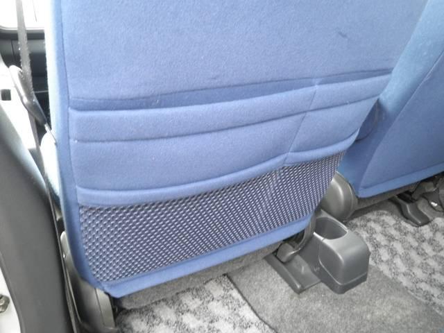 助手席の後ろには雑誌などを入れられる収納がついてます(+´∀`)=b食べかけのお菓子の袋を入れてもOK(*^−°)v ♪