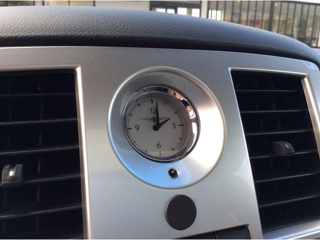 クライスラー伝統のアナログ時計。文字盤にクライスラーのロゴが入るこだわりです