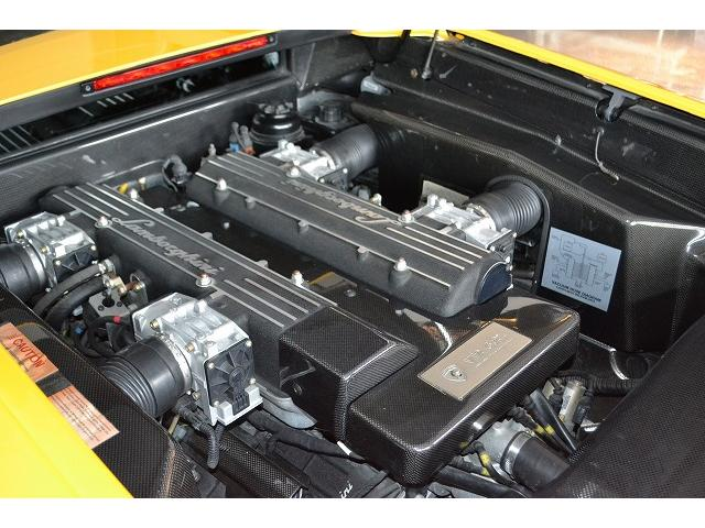 エンジンルームも非常に綺麗な状態です。排気量6200ccの設定となります。
