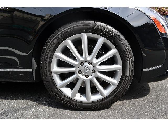 タイヤはピレリ スコーピオン ゼロ275/45でスポーティに仕上げられております! ホイールは純正20インチです!