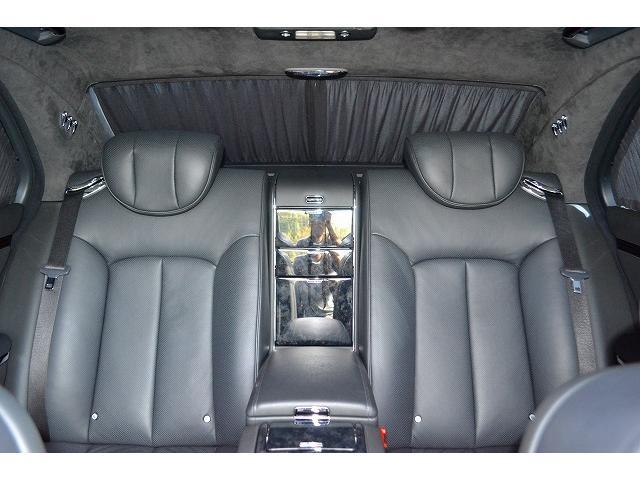 リアシートは足元、シートなど有意義にお寛ぎできるスペースございますのでリア席に座られる方は非常に居心地の良い内装となっております。