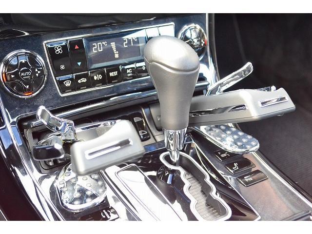車内充実しております。シートの温度調節、ドリンクホルダー、シートメモリなどももちろん装備しております!