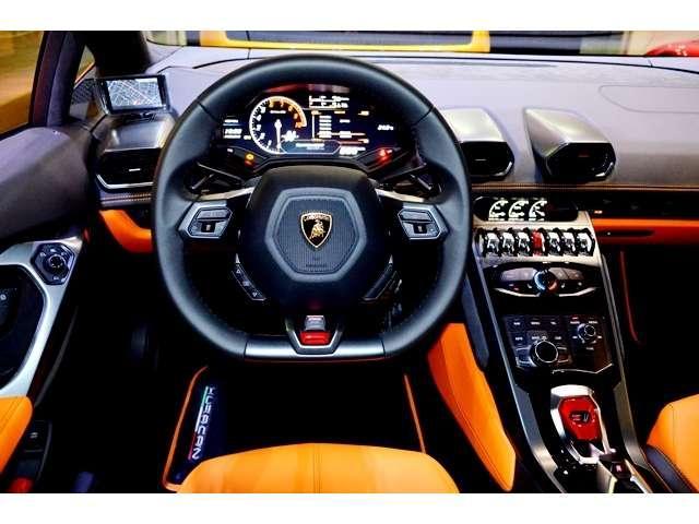 メーカーオプション:「ランボルギーニ・ダイナミック・ステアリング」を搭載。車両速度、走行モードによりアシスト量とギアレシオが変化します。